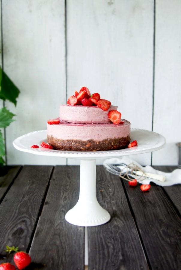A Greeylicious Wedding! + Raw Strawberry mousse wedding cake on brownie base @ www.Earthsprout.com